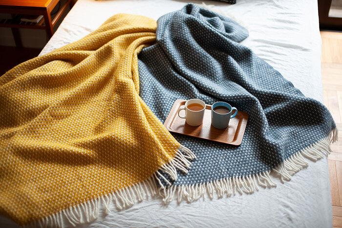 スウェーデン生まれの薄手の毛布。小さな結び目がいくつも並んだようなデザインで、シンプルながら可愛らしさを感じます。膝掛けにも肩掛けにも、ベッドに敷いても良い大きめサイズが嬉しいです。日常に欠かせないアイテムになりそう!
