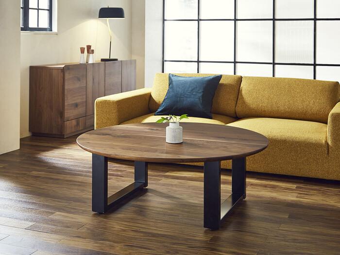 【 CENTER TABLE(センターテーブル) 】 無垢材の天板にスチール脚を合わせたモダンなテーブル。木の質感が美しいオイル塗装仕上げの円形天板と、硬質なスチール脚の組み合わせがユニークです。和室にも洋室にも合わせられそうなデザインですね。