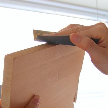 黒ずみがついてしまったら、紙やすりで軽く表面をこすります。黒ずみは時間が経つと根が深くなるので、見つけたらすぐに対処することが大切。紙やすりをかけた後は、ミネラルオイルや木のまな板用のオイルを塗ってケアします。
