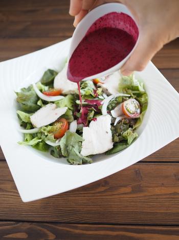 ブルーベリーいっぱいの鮮やかなドレッシングを使えば、いつものサラダが素敵なごちそうになります。おもてなしにも喜ばれそうですよ。ダイエット中もバランスのいい食事を心がけるためにおすすめのドレッシングです。