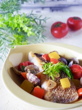 ニンニクの香りを付けたオリーブオイルで鯛を焼いて、後は白ワインとハーブで煮込むだけ。アクアパッツァは簡単でいて見栄えがいい料理です。