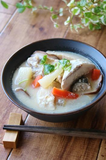 大根、人参、しいたけ、高野豆腐といった栄養満点の具材がたっぷり入った粕汁。ブリはあらを使うと旨味が出て◎。