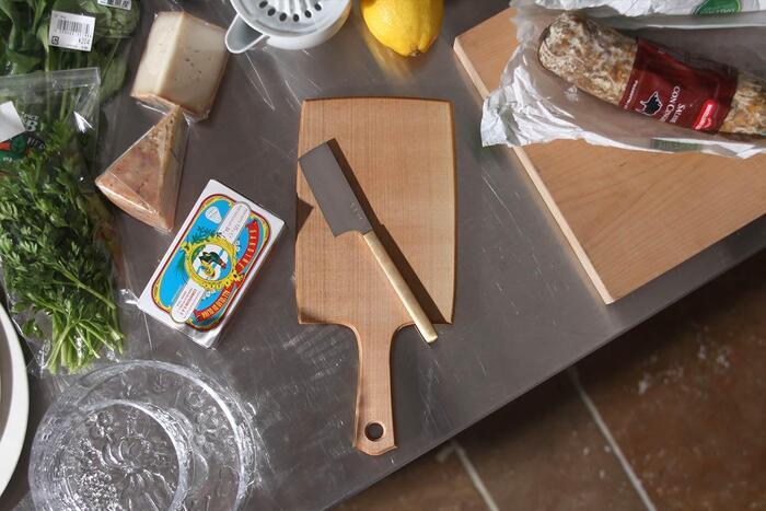 国内の職人さんと日用品を制作している「東屋(あづまや)」は、日本の素材と技術を活かし、細部にまでこだわったクオリティの高い商品を生み出しています。こちらはそんな東屋の、国産の山桜の無垢材を使用し、胡桃油をすり込んで仕上げた上品なチーズボード。
