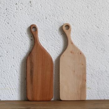 折れてしまった街路樹を用い、友人2人で少量の木工製品を作ったことから始まったメーカー「HAMPSON WOODS(ハンプソンウッズ)」。熟考と検討を重ね、素材の良さをシンプルに引き出した有機的なフォルムは、使う程に経年変化を楽しむことができ、愛着が湧きます。