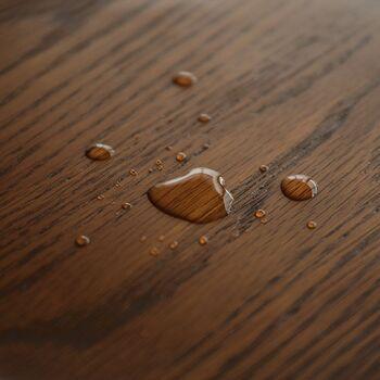 ウレタン塗装は、家具の表面にポリウレタン樹脂を吹き付けることで薄くて堅い皮膜を作り、表面をコーティングする方法です。見た目はツヤツヤで、手触りはツルツル。傷や汚れ、熱に強く、耐水性にも優れているため、日常のメンテナンスがとても楽です。ただし、樹脂の膜に一度傷が付くと目立ちやすく、修理も難しくなる点には注意が必要です。