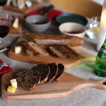 食材をシンプルに並べただけでサマになる風格。木の滑らかな質感と高いデザイン性が食卓に特別感を演出してくれます。