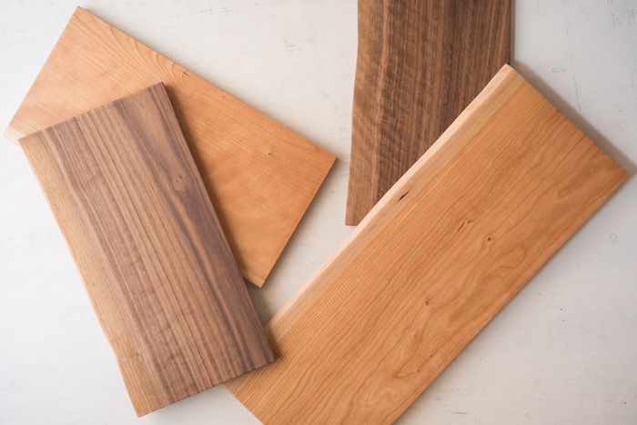 ブランド名の「ダスホルツ」はドイツ語で木材という意味。福岡県大川市でカナダやアメリカを産地とする広葉樹を使い、シンプルに木の味を生かしたアイテムを作っています。継ぎ目のない一枚板から加工されているので、木本来の良さを最大限に引き出し、木目の美しさが表現されています。