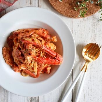 渡り蟹の旨味のおかげで濃厚なコクがプラスされるトマトクリームパスタ。蟹は脚で幸運を招いているというので、その脚も丸ごと使って。