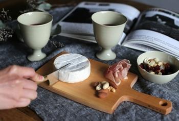 山桜は反りや狂いが少なく油分を多く含んでいる素材のため、チーズがくっつきにくく、チーズボードに適しています。