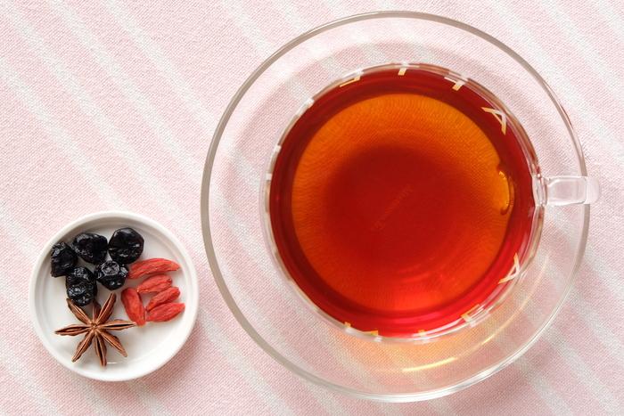 茶葉を発酵させて作る紅茶は、体を温めてくれます。そこに、八角やクコの実などを加えた、スパイシーな薬膳紅茶はいかがでしょう。冷え性に悩む方などにおすすめです。