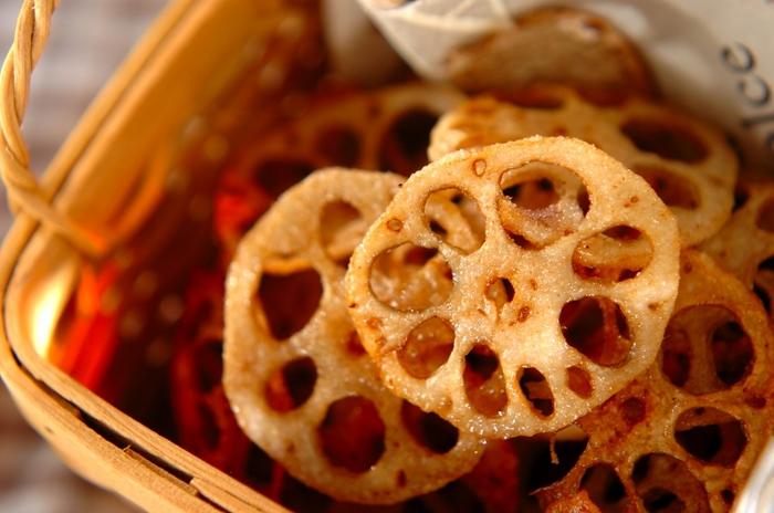 良い未来がバッチリ見通せるように、レンコンの穴がキレイに見える料理を作ってみましょう。レンコンチップスは、シンプルでおやつやお弁当にも◎。香ばしさがクセになりそう。