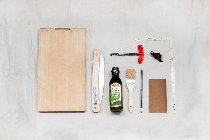 使い古したまな板を再利用して、カッティングボードにリメイク。下書きをして、お好みの形にカットするだけ。紙やすりで形を整え、オリーブオイルでフィニッシュしたら完成です。