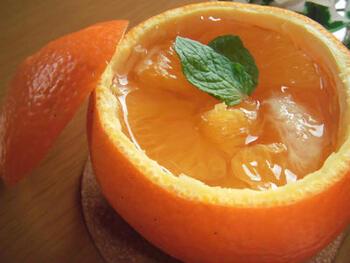 果実を取り出して皮を器にして作る、いよかんゼリー。果実はつぶさずに、ゴロッと大きいまま固めます。お正月におすすめの一品です。