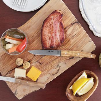 カッティングボードを使って食材を盛り付けると、キャンプの時も写真映えするお洒落なテーブルを楽しめます。木のカッティングボードは軽く割れにくいので、アウトドアにぴったり。まな板としてもプレートとしても使うことができ、一石二鳥ですね!