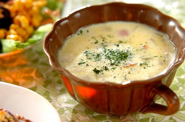 サツマイモと大豆の優しい甘さがミックスした、ほっこりスープ。エネルギー&栄養を補給できて、寒い冬に身体の芯まで温めてくれそう。口コミでも美味しいと評判のレシピです。