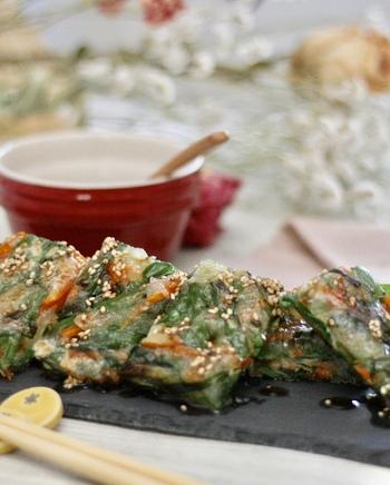 大根餅をチヂミの様に仕上げた、まとめてお野菜をたくさん食べられる一品。カリカリもちもちの食感が癖になります。