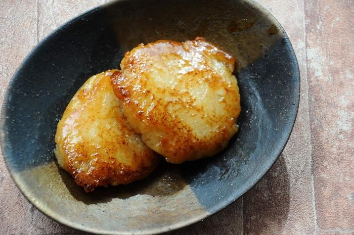 モチモチの食感がおいしいレンコン餅を甘辛いタレに絡めた、ご飯にもオヤツにもなる一品。お休みの日のちょっと遅い朝ごはんにもおすすめです。