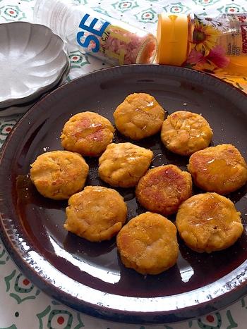 タネに混ぜ込んだきな粉が、ほんのり香るきなこ入りサツマイモ餅。はちみつだけではなく、岩塩を振るアクセントが癖になる一品です。