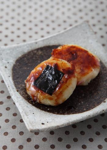 ペーコンとチーズを練りこんだじゃがいも餅に、オイスターソースが入った味わい深いタレをからめた、本格的な味わいの一品。アクセントになるブラックペッパーの量は、お好みで調節してくださいね。