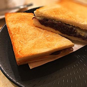 名古屋駅の地下街にある、甘味のメニューが豊富な喫茶店。モーニングのサービスとして付くのは、トーストとゆで卵というシンプルな組み合わせ。しかし、そのサービスとは別に人気メニューとなっているのが「小倉チーズトースト」です。他ではなかなか味わえないあんことチーズのホットサンドが楽しめますよ。