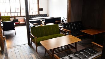 古民家をリノベーションし、2019年5月にオープンしたカフェ。カリモクのソファが置かれた和モダンな雰囲気の中、ゆったりと過ごせます。2階にはキッズスペースもあるので、小さなお子様連れにもおすすめ。