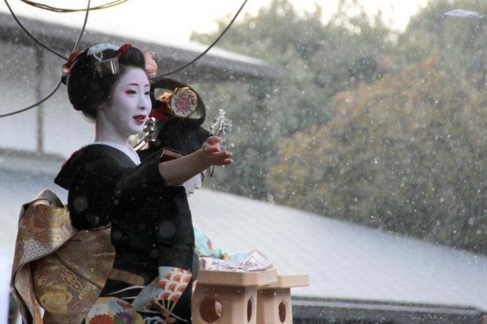 こちらの節分祭では先斗町や宮川町など、それぞれの芸妓さん・舞妓さんの舞の奉納が2月2~3日にかけて行われます。普段あまり見ることができない舞を、間近で見れるということもあり多くの人で賑わいます。この舞の後には豆まきも行われ、参拝者は福と一緒に福豆を持ち帰るんだそうです。