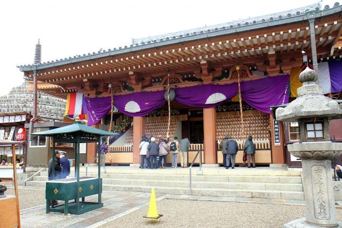 新選組の本陣が置かれた地であり、壬生塚と呼ばれる新選組のお墓もあることで有名な「壬生寺」。境内にはたくさんのお地蔵様が祀られているので、お地蔵様の寺としても親しまれています。また厄除、開運の寺として地元民が多く訪れる人気スポットのひとつです。