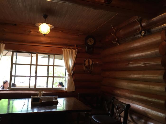 離れに一歩足を踏み入れると、そこは関西屈指の経済都市である大阪府内とは思えない空間が広がっています。ログハウスの離れの中は、やさしい灯りをした間接照明に照らされており、アンティーク調の調度品が置かれています。離れに入ると、まるで軽井沢の別荘を訪れたような気分を味わうことができます。