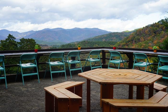 ほんたき山のカフェには、宿坊を改装した屋内のカウンター席、テーブル席以外にも屋外のテラス席があります。