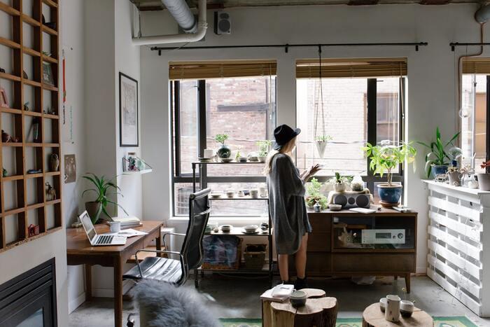 普段、常にテレビやラジオをつけているのなら、それらを消す代わりに窓を開けて外の音を取り込みましょう。有機的な音にリフレッシュできるでしょう。あるいは、空気清浄機やアロマディフューザー等の機械音を活かすのも一つの方法です。