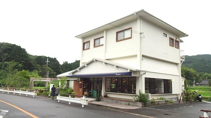 """""""里みやげ""""という意味の「里づと」は、能勢町の美しい里山風景が広がる地区にひっそりと佇む白い一軒家のカフェレストランです。"""