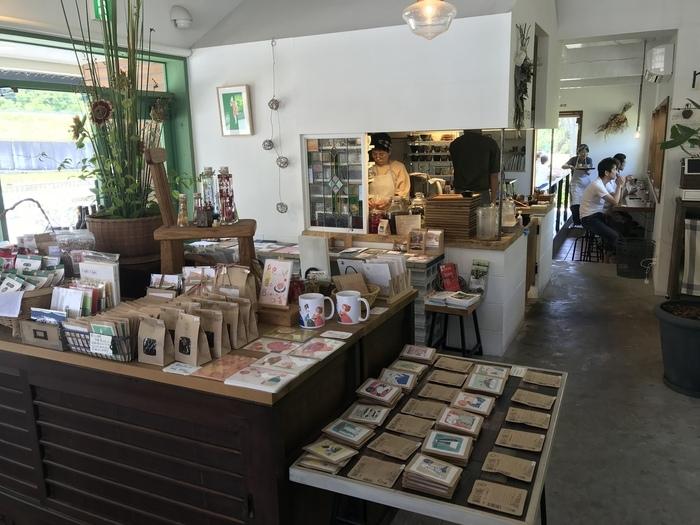 ミントグリーン色をした扉に一歩足を踏み入れると、なぜこのお店が「里づと」と名付けられたのか分かるはずです。店内の約半分はギャラリーとなっており、地元能勢町で活躍している作家が心を込めて制作した工芸品、地元能勢で収穫された野菜や果物でできた加工食品など「能勢町のお土産」がずらりと並んでいます。