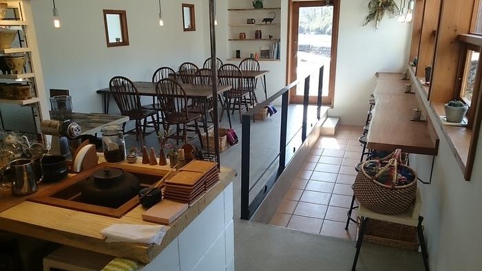 白壁に木目調のインテリアで統一されたカフェスペースは明るく、居心地の良い空間となっています。里づとの店内では、テーブル席だけでなく、カウンター席も用意されています。