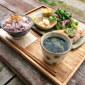 ランチタイムでは、ランチプレートが人気です。里づとのランチプレートでは、ヘルシーなメインのおかずに、地元能勢産の無農薬の古代米のごはん、地元産の季節の野菜を使ったサラダ、スープが付いています。