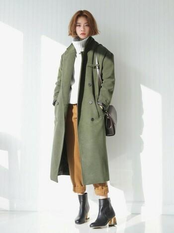 Iラインシルエットが美しいロングコートも、今シーズン注目されているトレンドアイテムのひとつです。定番のPコートもロング丈+カーキ色なら今年らしい印象に。全体をシックなカラーでまとめた大人っぽい着こなしがおしゃれですね。
