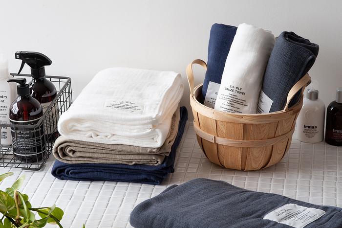 日本のタオル産業発祥の地、大阪・泉州地域生まれの「神藤(しんとう)タオル」。「2.5重ガーゼタオル」は、3層になったガーゼの真ん中の生地を変則的に織って糸の量を半分にし、ごわつかずふんわり柔らかい肌触りを実現しました。