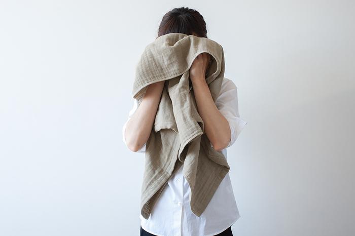 一般的なパイル地のバスタオルは長く使うとごわつきがち。でも、2.5重ガーゼタオルはふんわり軽やかな使い心地が続きます。さらさらとしたガーゼの層は、ずっと触れていたくなるような肌触りです。吸水性がありながらも乾きが早いので、お洗濯もラクラク。