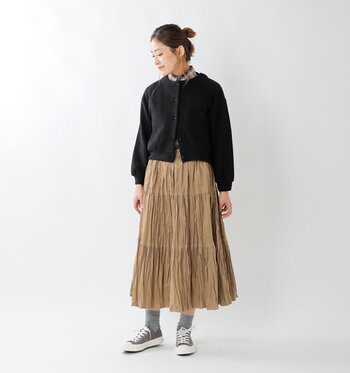 コーデュロイ素材のスカートに、ギャザーを寄せたちょっぴり個性派デザインのしわ加工スカート。3段切替が入っているのが、特徴的な一枚です。スニーカーやチェック柄のシャツと合わせて、カジュアルスタイルに合わせるのがおすすめ♪