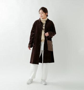 こちらのブラウンコーデュロイのステンカラーコートは、ユニセックスで着られるシンプルなデザインが特徴。ワイドシルエットでゆったり着こなせるので、インナーコーデに左右されずに着まわしできます。