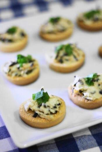 塩昆布とクリームチーズの相性は抜群です!特に味付けの必要もないので簡単に作れちゃいます。  和と洋の融合した味わいは、ワインにも日本酒にも不思議とマッチングする美味しさでクセになります。すぐできるところも◎。