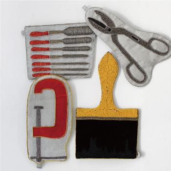 彫刻刀やハサミなど、クラフトツルをモチーフにしたユニークなデザインのミニポーチです。バッグからさっと取り出せば、注目を集めること間違いなし! 大人の遊び心を、存分に発揮できるアイテムです。