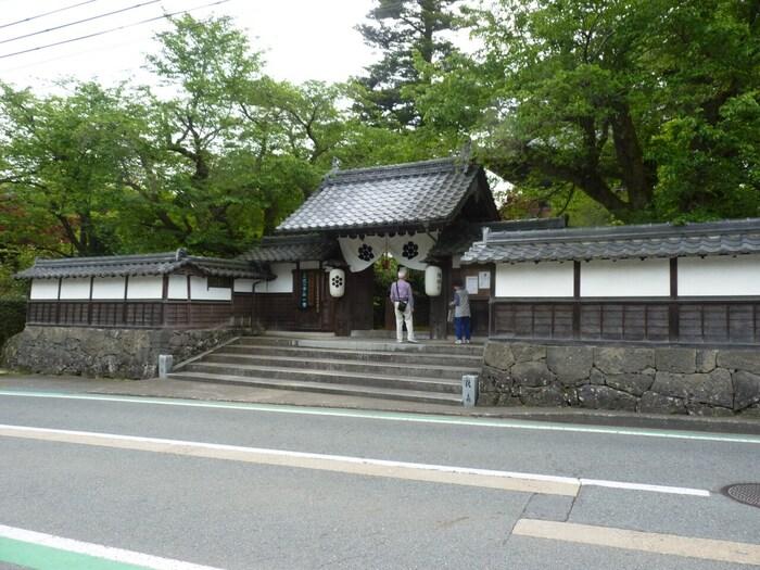 「但馬ぼたん寺」という別名を持つ隆国寺は、室町時代に開基された曹洞宗の仏教寺院で、関西花の寺二十五カ所6番になっている花の名所です。