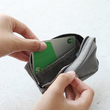 ミニポーチにカードや小銭を入れて、ミニ財布として活用するのもいいですね。実際、ミニ財布だと入らないサイズのカードを持ち歩きたい時などに、サイズが選べるミニポーチを財布代わりにしている方も多いようです。ポケットにすっぽり収まるサイズも魅力的ですよね。