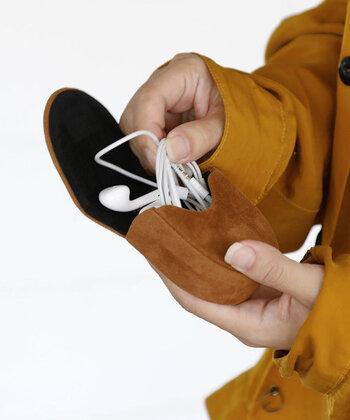通勤や通学で音楽を聴くという人の中には、ミニポーチをイヤホンケースとして活用している人も多いです。バッグにそのまま入れるとすぐに絡まってしまうイヤホンは、ミニポーチでまとめておけると断線などの心配もありませんね。