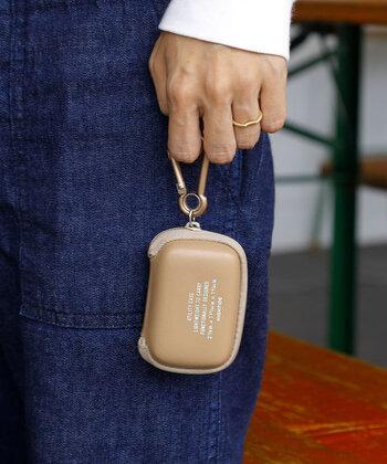 コンパクトなサイズ感のポーチには、ワイヤレスイヤホンやアクセサリーなどの収納がおすすめ。カラビナ付きなので、バッグなどにぶらさげて、すぐに取り出すことができる仕様です。