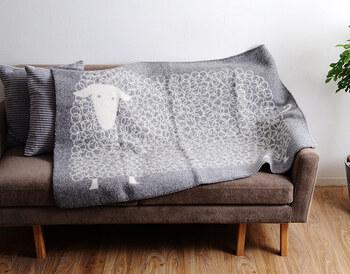 前面に羊が描かれたキュートなデザインなので、あえて広げてソファに掛けることで、カバー感覚で置きっぱなしにするのもおすすめ♪