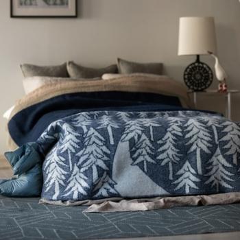 ニュージーランド産のエコウールを使用し、耐性と防臭に優れたウールの素材を最大限に活かして作られています。ソファだけでなく、ベッドカバーとしても使える大判サイズで、部屋の雰囲気をナチュラルに演出してみませんか?
