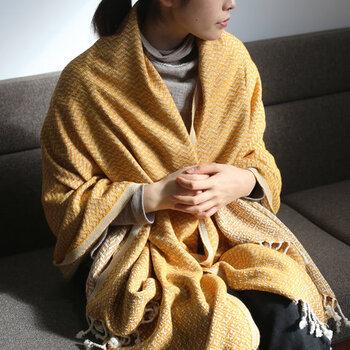トルコの公衆浴場で使用されている、伝統的な平織のタオル「ペシテマル」。薄手で柔らかく滑らかな質感は、肩からサッと羽織って使うのにもおすすめ。厚手のブランケットは重たいと感じる方は、ぜひこの軽さを試してみてください。