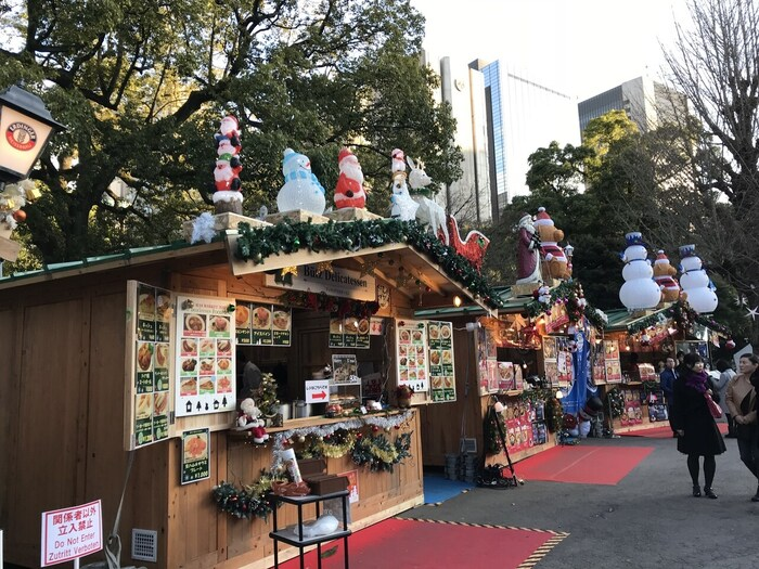 日比谷公園では噴水広場などで様々な楽しいイベントが開催されています。特にグルメイベントは近くのオフィスで働く方々も仕事帰りに立ち寄れる、人気のイベントです。