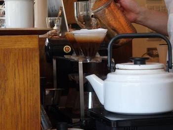 店内に焙煎機を備え、煎りたて、挽き立て、淹れ立てのコーヒーを提供しています。テイクアウト可能。コーヒーは、もちろん、byハンドドリップ。